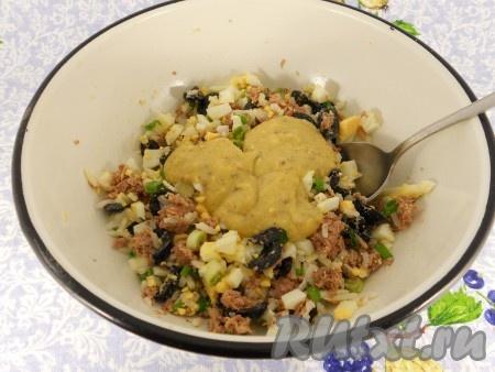 Добавить заправку в салат и аккуратно перемешать.