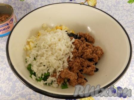 Тунец размять вилкой и добавить в салат вместе с отваренным рисом.