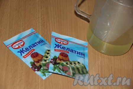 Желатин залить 100 мл персикового сока (я использовала сок от консервированных персиков) и оставить набухать примерно на 30 минут.