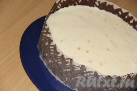 Готовый торт аккуратно извлечь из формы и украсить по желанию. Я сделала шоколадную решётку. Для этого нужно растопить шоколад на водяной бане, затем нанести произвольный рисунок на пергамент и закрыть края торта решёткой. Поставить торт в холодильник до полного застывания шоколада, а затем аккуратно снять пергамент.