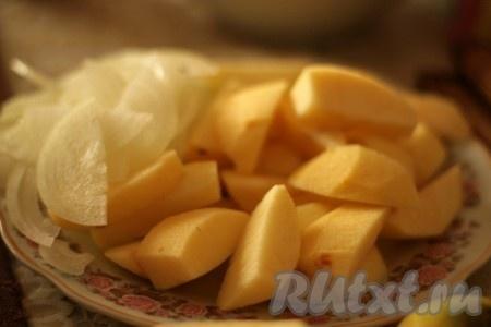 Оставить куриную печень на 10 минут. Яблоки очистить, крупно нарезать, лук порезать полукольцами.