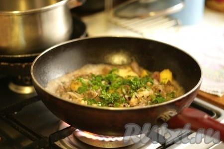 Добавить к куриной печени яблоки с луком, мелко порезанную зелень и вино, тушить около 3-5 минут.