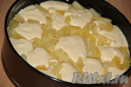 """На тесто и """"островки"""" творога выложить кусочки ананасов, затем """"островками"""" разложить оставшуюся часть творожной начинки. Поставить пирог в разогретую духовку и выпекать при 180 градусах примерно 50 минут.Готовность проверить сухой зубочисткой."""