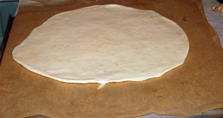 Каждый шар раскатать в тонкий пласт и выложить на противень, застеленный бумагой для выпечки.