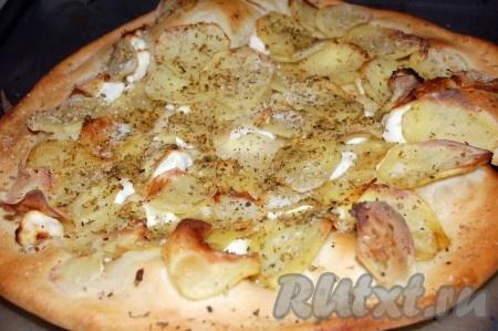 Отправила в заранее нагретую до 220-250 градусов духовку. Через 10-15 минут дрожжевая пицца с сырно-картофельной начинкой готова.