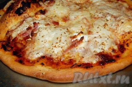 Прошло 10-15 минут и можно открывать духовку, доставать пиццу и приглашать всех своих домочадцев к столу. Количество сыра, картофеля, ветчины зависит от ваших вкусов и предпочтений. Пробуйте и экспериментируйте с разными начинками, а основой пиццы будет проверенный рецепт теста на свежих дрожжах.