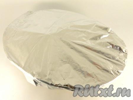 В форму для запекания поместить цыпленка, вокруг - картофель. Накрыть форму плотно листом фольги.