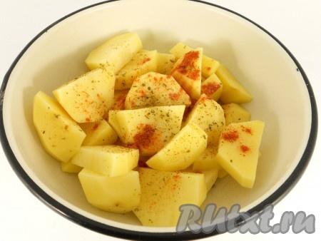 Картофель очистить, порезать крупными кусками. Добавить соль, паприку, итальянские травы и растительное масло. Перемешать картофель и оставить на 10 минут.