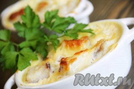 Поставить формочки в разогретую духовку и запекать треску в молоке при температуре 180 градусов до золотистой корочки, примерно 25 минут. Рыбка получается вкусной, сочной.