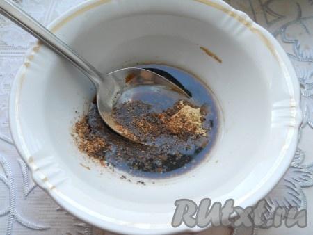 Спустя 12 часов, не снимая утку с банки, обмазать ее всю половиной меда (т.е. 2 столовыми ложками). И снова оставить утку в таком положении еще на 12 часов. Спустя это время утка впитает в себя большее количество меда. Снять утку с банки и поместить ее прямо на решетку, грудкой вверх, решетку поставить на противень с водой. Противень с уткой полностью накрыть фольгой, подвернув края фольги под противень. Всю эту конструкцию с уткой отправить в разогретую до 190 градусов духовку на 70 минут. Пока утка запекается внутри, подготовить смесь для красивой кожицы: смешать половину соевого соуса, кунжутное масло, имбирь и черный перец.