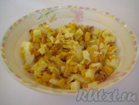 Теперь готовим начинку для зраз: отварить вкрутую 4-5 яиц, нарезать их кубиками и добавить обжаренный на подсолнечном масле до золотистого цвета лук. Можно чуть посолить.