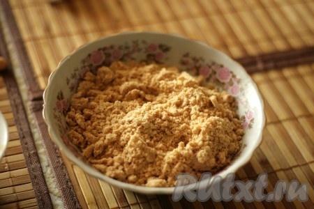 Измельчить миндаль в муку вместе с половиной сахара в кофемолке).