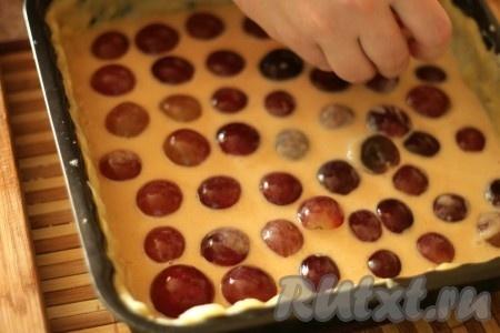 Форму смазать маслом. Тесто для пирога раскатать и выложить в форму. Налить часть начинки, выложить слой винограда, вылить оставшуюся начинку и выложить оставшийся виноград, как на фото.