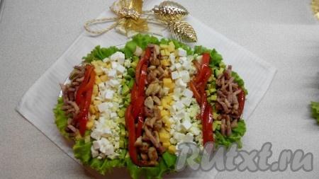 Добавить зелень и салатные листья для украшения. За 15 минут до подачи полить кобб-салат заправкой и подавать к праздничному столу.