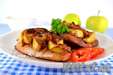 Запекать свинину в предварительно разогретой до 180 градусов духовке около 35-40 минут. Если потребуется, добавить к мясу немного воды. Вкуснейшую, очень ароматную свинину с яблоками, приготовленную в духовке, подавать в горячем виде.