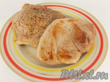 Свинину обжарить на разогретой с растительным маслом сковороде, по 2-3 минуты с каждой стороны, на сильном огне.