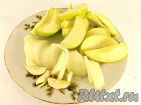 Лук нарезать полукружками, у яблок удалить сердцевину и порезать дольками, чеснок разрезать на 4 части.
