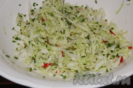 Перемешиваем, посыпаем мелко нарезанным зеленым луком и наш салат из китайской капусты готов!