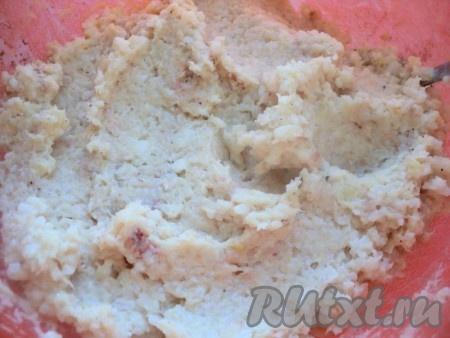 Отварить до готовности рис, воду слить, но не промывать. Еще теплым рис пюрировать в блендере. Охладить. Лук мелко порезать и пассировать на растительном масле до мягкости, охладить. К измельченному филе белой рыбы добавить рис, пассированный лук, 70 мл сливок, кориандр, соль, перец по вкусу, хорошо перемешать.