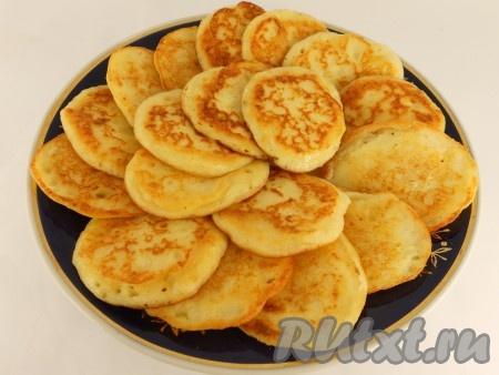 На разогретой сковороде с растительным маслом пожарить небольшие картофельные оладьи обычным способом, до румяной корочки с обеих сторон. Дать остыть.