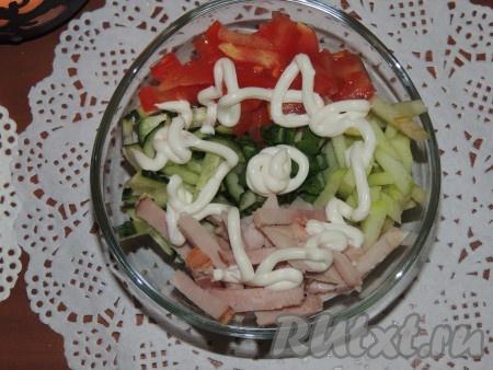 """В небольшие салатницы или креманки вложить по кругу мясо, огурцы, помидоры и яблоки.Полить салат """"Романтика"""" майонезом."""