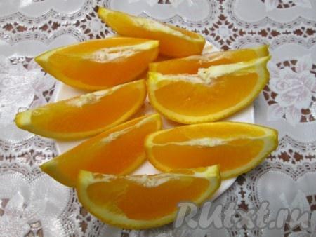 Вымытые апельсины разрезать на 8 частей.