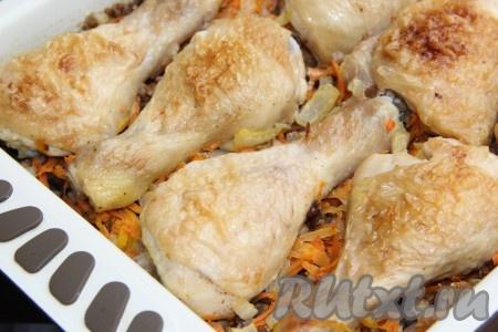 Вкусную, ароматную гречку с курицей и грибами подать в горячем виде.
