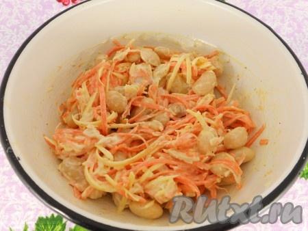 Посолить и поперчить по вкусу. Добавить майонез или сметану, салат перемешать.