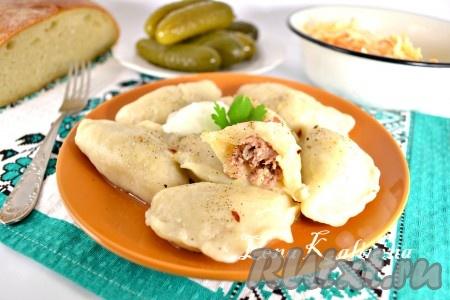Варить вкуснейшие украинские вареники с мясом и капустой в кипящей подсоленной воде 10-15 минут (после закипания). Подавать со сметаной и сливочным маслом.