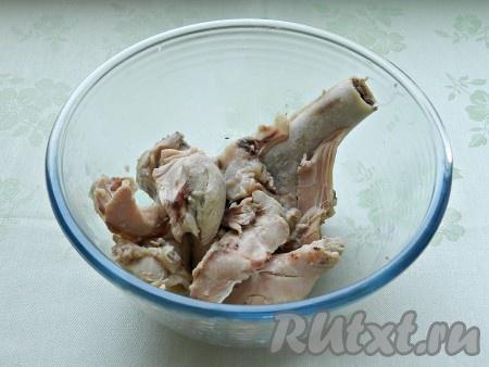 Готовое мясо вынуть из бульона, освободить от костей. Бульон посолить, вернуть в него мясо, добавить картофель и варить 8 минут до готовности. Затем добавить в бульон капусту и фасоль и варить еще около 5 минут. Капуста в борще не должна быть разваренной.