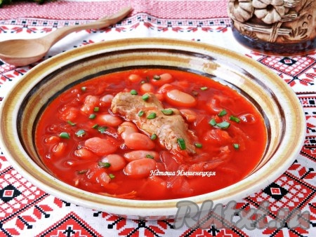 Вкуснейший, наваристый и ароматный борщ с фасолью и мясом готов.