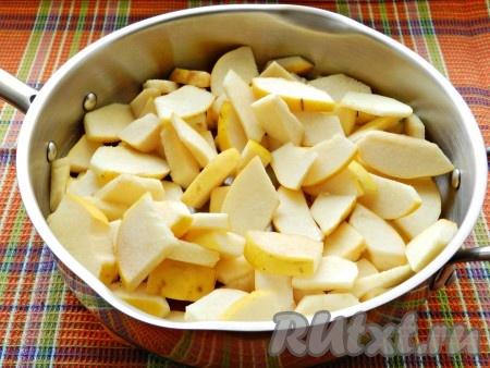 В сковороде разогреть сливочное масло, выложить айву и прогреть, постоянно перемешивая, в течение 5 минут.