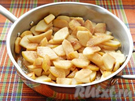 Влить лимонный сок, посыпать сахаром, перемешать и готовить на среднем огне, помешивая, минут 10, чтобы сахар карамелизировался, а айва стала мягче.
