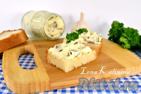 После того, как вкуснейший домашний плавленный сыр с шампиньонами остынет, отправить его в холодильник. Хранить под закрытой крышкой в стеклянной баночке до 3-х дней.
