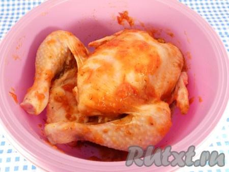 Хорошо также и внутри, и снаружи) смазать цыпленка томатным соусом.