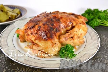 Цыпленка, запеченного в фольге, переложить на блюдо, полить соусом, образовавшемся в процессе запекания, украсить зеленью и можно подавать к столу.
