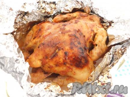 Запекать цыпленка в предварительно разогретой до 180 градусов духовке около 40 минут. Затем верх фольги развернуть, запекать цыпленка еще 15 минут до красивой, румяной корочки при температуре 200 градусов.