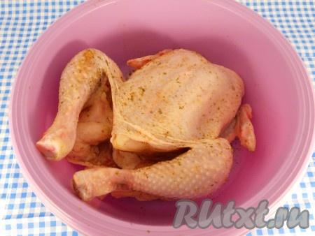 Цыпленка хорошо вымыть, обсушить. Натереть солью и специями внутри и снаружи.