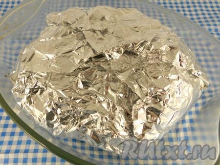 Фольгу хорошо завернуть и поместить цыпленка в форму для запекания или на противень.