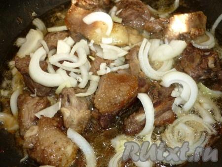 Добавляем лук к приготовленному утиному мясу и обжариваем, помешивая, до золотистого цвета.
