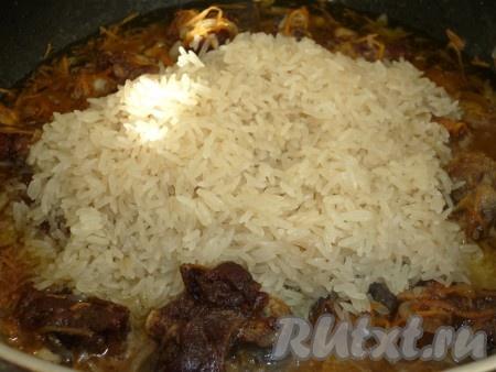 Отдельно тщательно промываем рис, даём стечь воде и отправляем к утке и овощам.