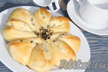 Пирог с творогом и сыром можно подать и в горячем, и холодном виде.