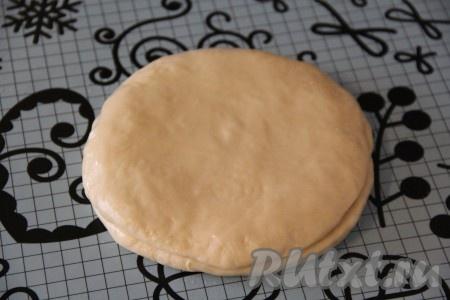 Второй кусочек теста раскатать в круг, выложить поверх начинки и хорошо закрепить край, по кругу.