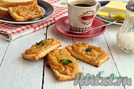Готовые, очень вкусные гренки, приготовленные в духовке с сыром, подать горячими.