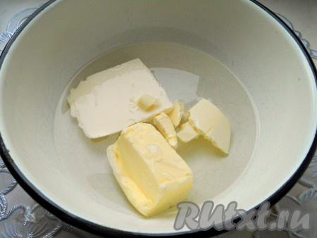 В глубокую посуду налить воду, добавить маргарин (или сливочное масло) и щепотку соли.