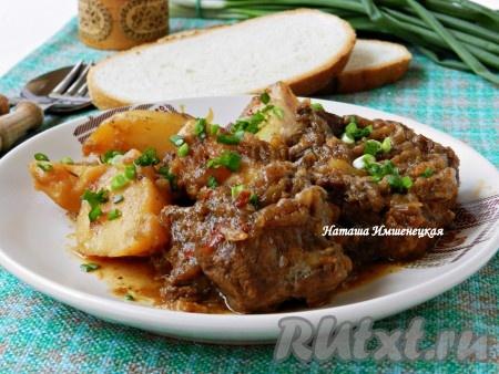 Вкусное и ароматное жаркое из говядины с картофелем готово.