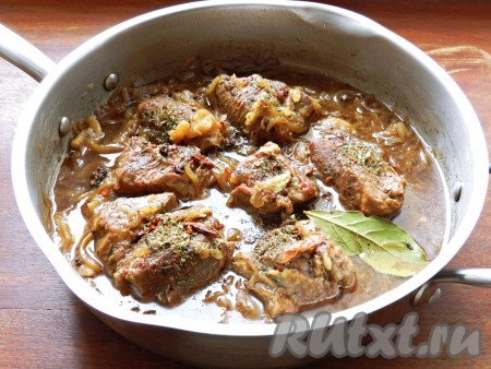Когда мясо будет почти готово, посолить, приправить специями, добавить лавровый лист.