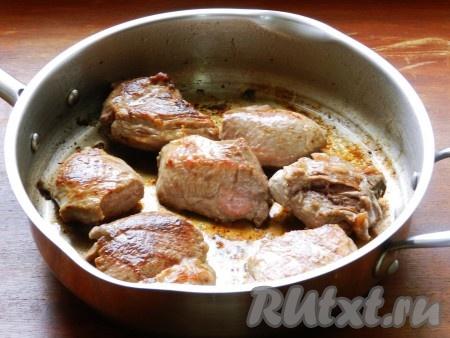 В сотейнике с толстым дном разогреть немного растительного масла, добавить 1 столовую ложку сливочного и обжарить куски говядины на сильном огне по 2 минуты с каждой стороны.