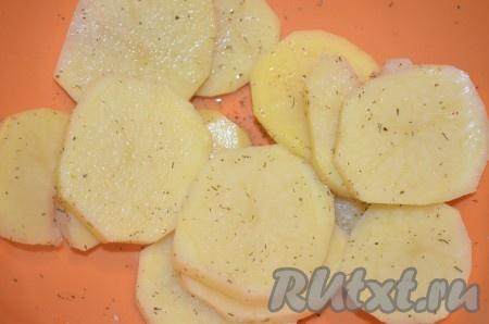 Картошку порезать кружочками толщиной примерно 5 мм. Посыпать специями или просто посолить.