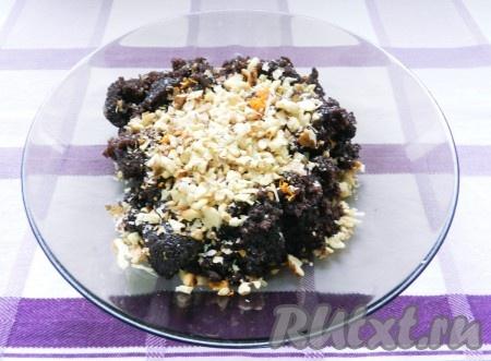 Смешать готовую маковую начинку с цедрой апельсина и грецкими орехами. Орехи предварительно обжарить на сухой сковороде и подсушить.